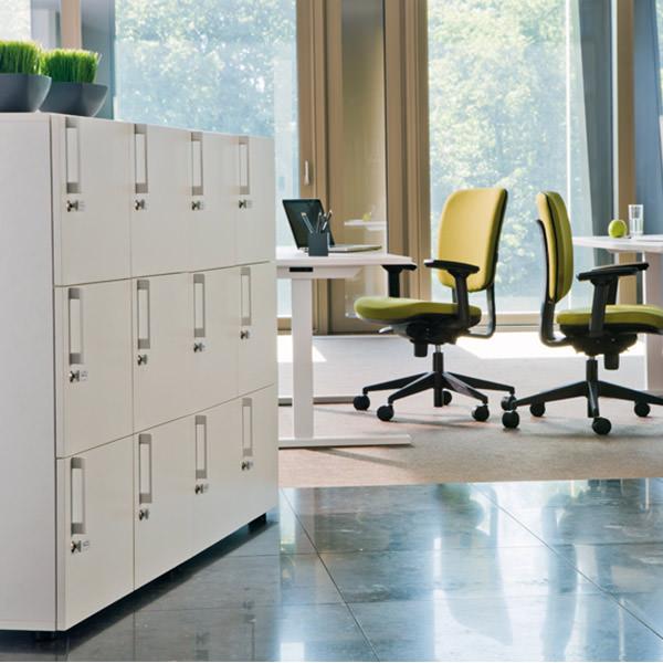 kantoor lockerkast gemaakt van hout met metalen handgrepen